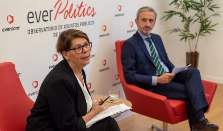 Evercom celebra un desayuno-coloquio sobre transición ecológica con Inés Sabanés